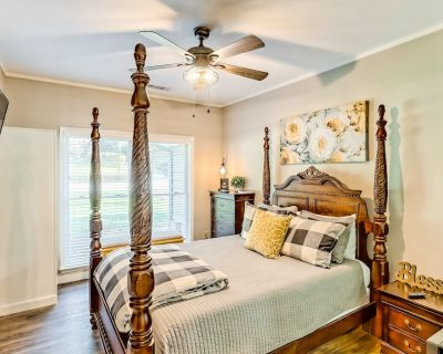 Modern Suite w/ and WiFi - Located in Downtown Helen, Walk to Attractions! - Helen