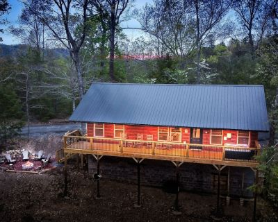 BRAND NEW Secluded Cabin Central Location, Views, Hot Tub, Fire Pit, King Suites - Pigeon Forge