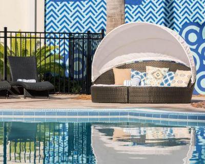 Ideal Location! Modern Unit, Near Beach, On-site Bar and Restaurant, Pool, Gym - New Town