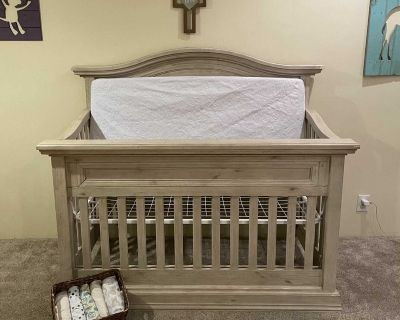 COSI BELLA Luciano Collection convertible crib- White washed pine wood- Serta mattress, absorbent mattress cover & 6 fitted crib sheets