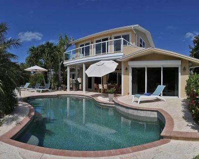 luxury villa with a tropical garden, large terrace, pool, near the beach - Mid Island