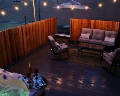 In Town Villas- Suite 2 (2 bedrooms)   On Main St.   Private Hot Tub - Fredericksburg