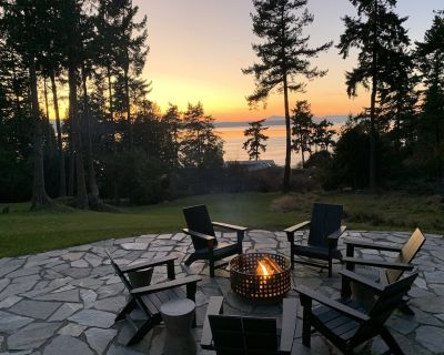 Amazing sunsets!! Water view, hot tub, close to town, fire pit. - Eastsound