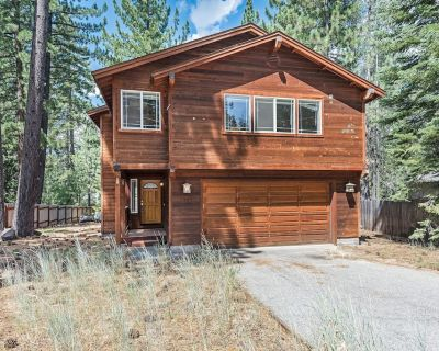 Tranquilizing Charm w/ 2 living rooms, Smart TV, Snow Sleds, 15 min to Heavenly - Tahoe Paradise
