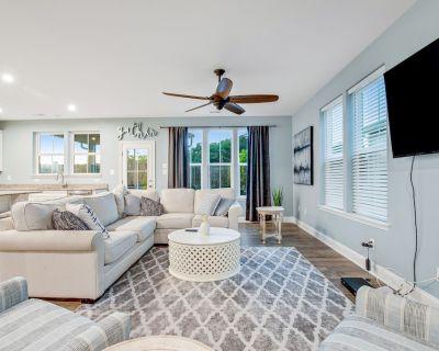 Bayside Resort Two-story Getaway w/ Free Wifi, Patio, & Firepit, Shared Pools - Bayside