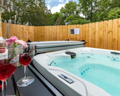 NEW!!! HOT TUB, sleeps 8, Fire Pit, 3 BDR home downtown - Kerrville
