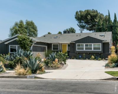 Mid Century Ranch with vaulted ceilings, big backyard, fire pit and pool., Los Angeles, CA
