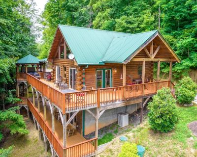 Dog-friendly Lodge w/ Private Hot Tub, Free Wifi, Gas Fireplaces, & Central A/C - Whittier