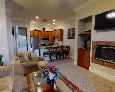 A Well-Appointed Downstairs One Bedroom Condo With A King Bed and Kitchen - Village