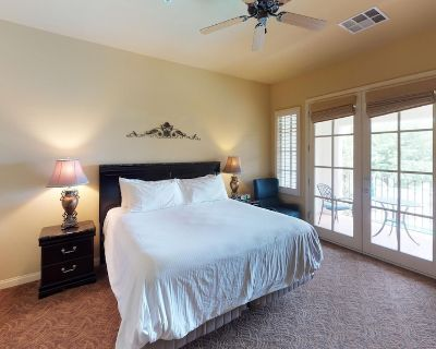 An Upstairs Legacy Villas Studio with a King Bed, Balcony and Mountain Views! - La Quinta