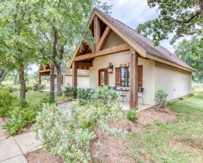 Private cottage with a deck & great access to tasting rooms! - Fredericksburg