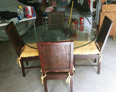 Beautiful Beveled Table And 4 Chairs With Cushions.