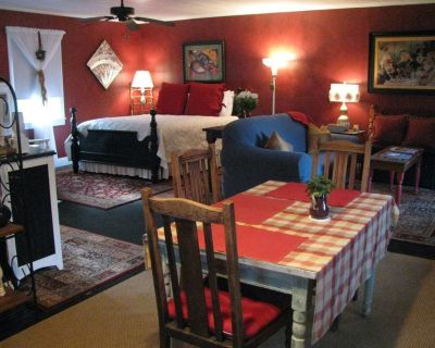 Apartment A, A Quaint Bed and Breakfast Cottage - Abbeville
