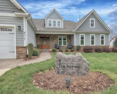 TheRetreat Expansive NC lake-front home with view, pool, dock - Denver