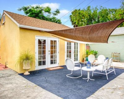Guesthouse + Patio- Perfect for Outdoor Gatherings, North Hollywood, CA