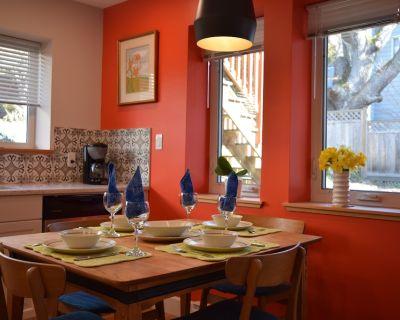 Sweet 1 bedroom ground-level Garden Suite steps away from Cedar Hill trails - Saanich East