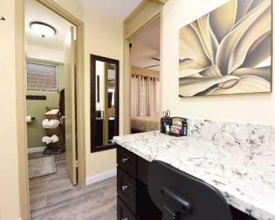 PRIVATE END-UNIT Condo Suite in Heart of Waikiki, steps from beach, sleeps 4-5* - Waikiki