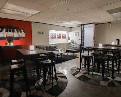 Spacious Lounge w/ Ample Seating in Kansas City, Kansas City, MO