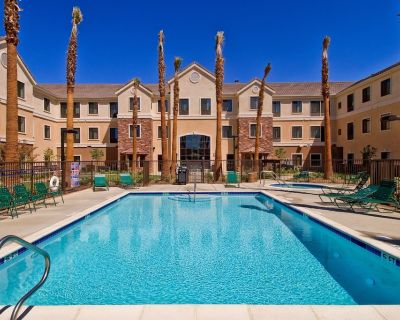 King Suite. Free Breakfast. Outdoor Pool & Hot Tub. Near Edwards Air Force Base! - Palmdale