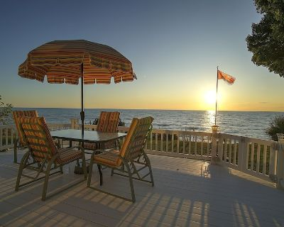 Spacious Lake Level Beachfront Cottage; Short walk from the Bayfield Village - Bayfield
