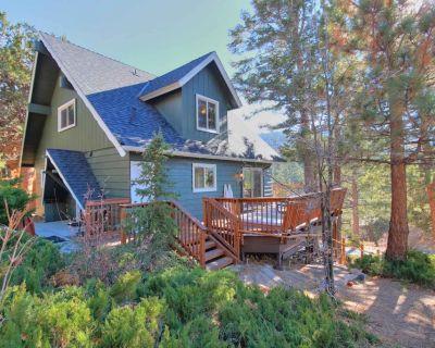 Skyfall: Near Bear Mtn! Spa! Fireplace! Internet! Views! Beautiful Updates! Deck! Spacious Kitchen! - Upper Moonridge