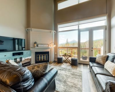 Modern condo with mountain views, balcony, private gas grill, and shared hot tub - Wildernest