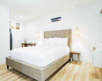 DQ - Deluxe Room, 1 Queen Bed, Non Smoking - Belmont Shore