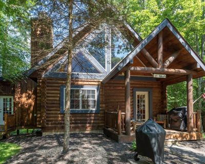 NEW! DOGS WELCOME! Lake Area Home w/2 wood fireplaces & Hot tub! - Thayerville
