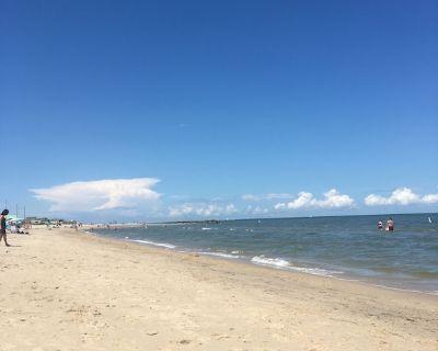 Bikini Bottom, 2 blocks from the bay. Family cottage, couples hideaway - Buckroe Beach