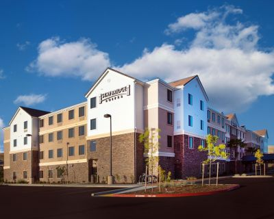 Great for Business Travelers! King Suite with Free Breakfast + Shared Pool & Gym - Folsom