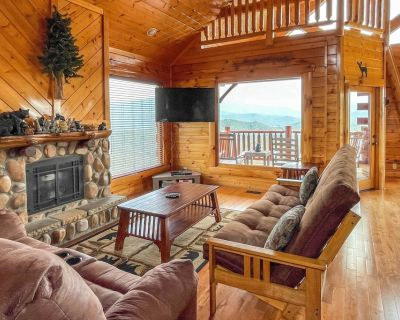NEW! 'Million Mile View' Cabin w/ Games + Mtn View - Pigeon Forge