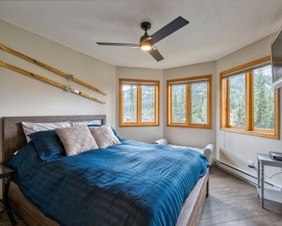 Ski In/Out Renovated Suite, Private Hot Tub w/ Spectacular Views - Sun Peaks