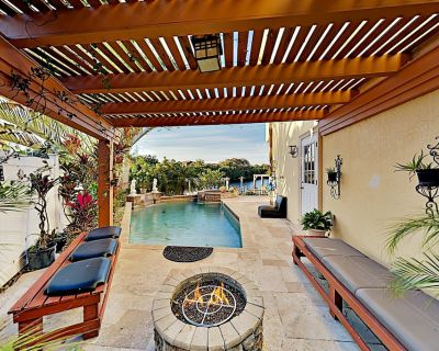 Waterfront Wonder Private Pool, Spa & Outdoor Kitchen Game Room & Dock - Tampa Shores