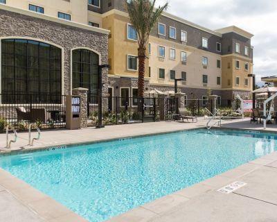 Free Breakfast. Pool & Hot Tub. Gym. Close to Amazon! - Corona