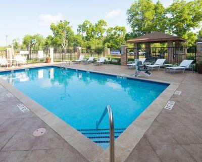 Great Location! Outdoor Pool. Free Breakfast. Gym. - Lake Jackson