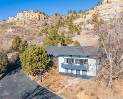 *NEW Chalet* Central Colorado Springs Location, 3 BR, 2 BA, Views, WiFi, Dog Friendly with Fee - East Colorado Springs
