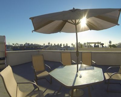 Great Venice Roof Deck Apartment on Walk Street to Beach with Parking - Venice