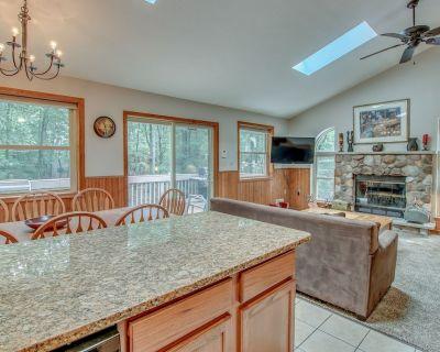 """Grizzly"" Near Big Boulder, 5 Bedroom, Hot Tub, Pool Table, Modern Kitchen - Lake Harmony Estates"