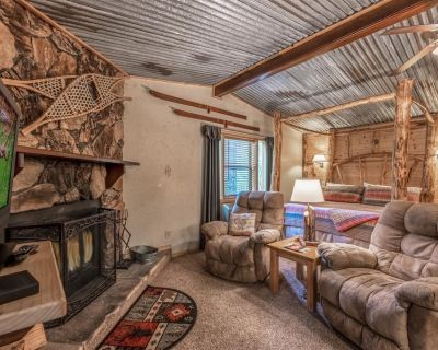 Cozy Getaway Cabin for 2, Tucked Away/ Close to Everything, Sitting Porch, Wifi - Ruidoso