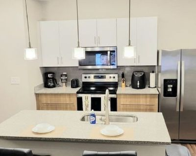 Affluent, lovely 2 bdr resort style apt. Centrally located. - Metro West