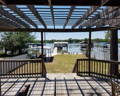 """""""Twin Pines -Lakefront House w/Boat House,Kayaks,Pdlebrd,Canoe&Over Water Swings - Briar"""