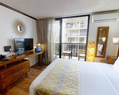 Stunning Pool & Close to Beach, Queen Studio, Best Location - Perfectly Priced! - Waikiki