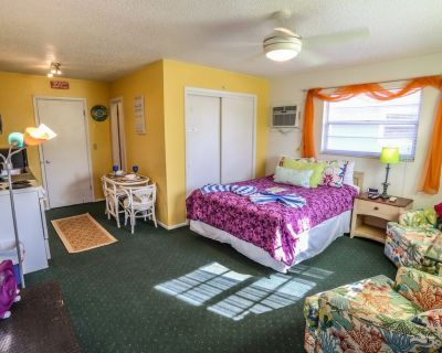 The Beach Bungalow is a studio apartment within a four plex at Iguana Mama's Beach House with the amenities of home - Mid Island