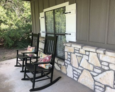 Red Bud Cottage - A peaceful getaway in the country yet close to the city - Fort Worth