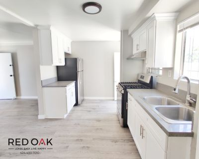 Charming & Freshly Remodeled 1 Bedroom Bungalow with Parking and private Outdoor Space!