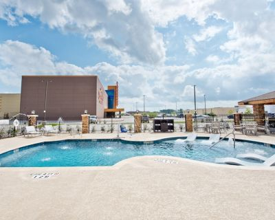King Suite. Bonuses: Free Breakfast Buffet, Pool & Gym Access! - Humble