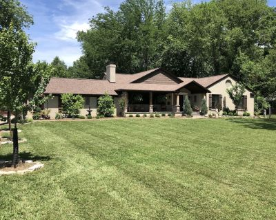 Spacious 5 Bedroom Home with Heated Pool and Hot Tub - Louisville