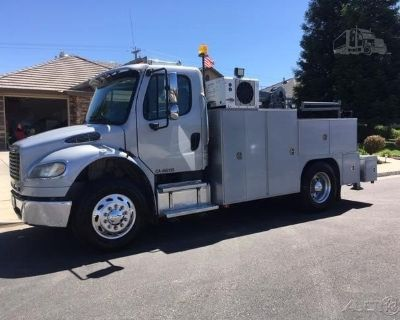 2005 Freightliner Business Class M2 106 Mercedes-Benz Daycab Semi