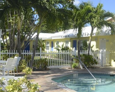Pool - 2 blks to beach! BBQ area, free wi-fi and parking, work remotely - Pompano Beach