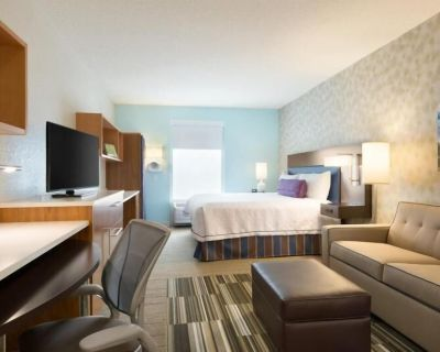 Home Away From Home! Pet Friendly King Suite, Heated Pool & Free Breakfast! - Airport North